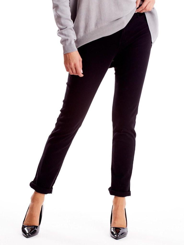 niesamowite czarne spodnie dostępne w sklepach
